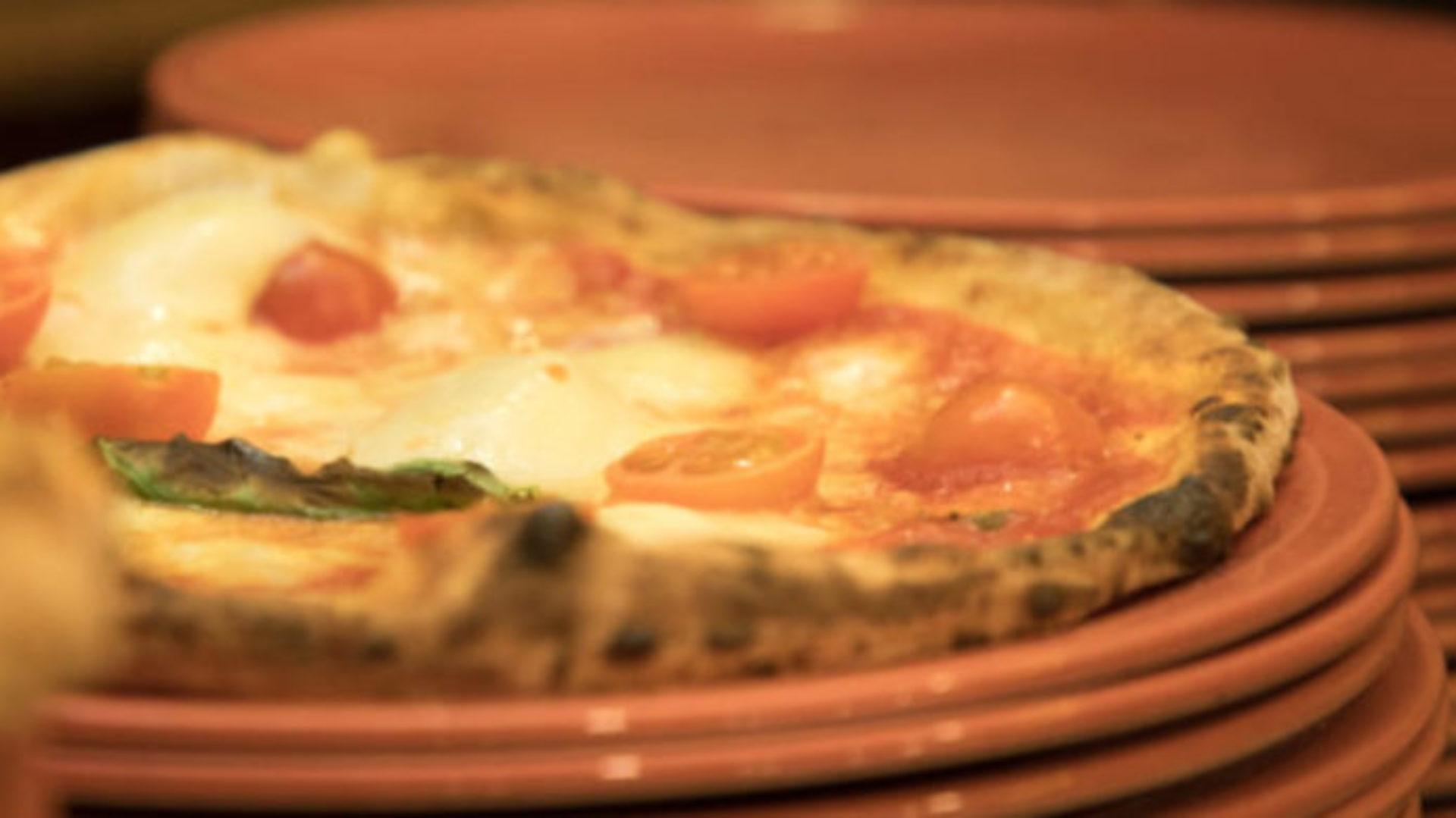 Pizzeria con cucina di pesce sui navigli